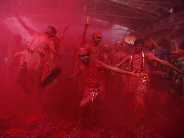 Pré-celebração do Holi em Nangaon (Foto: Altaf Qadri/AP)