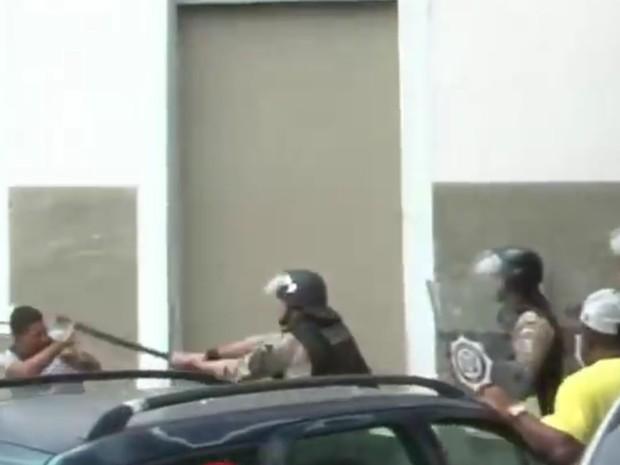 Vídeo mostra guarda municipal dando golpes de cassetete em operação em Santa Cruz (Foto: Reprodu/Youtube)
