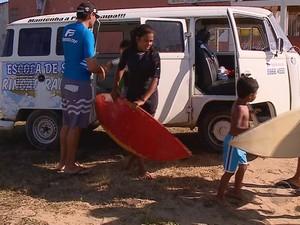 Professor utiliza kombi para levar alunos à praia (Foto: Reprodução/RBS TV)