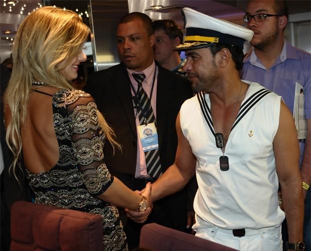 Zezé di Camargo e Deborah Albuquerque trocam olhares (Foto: Francisco Cepeda/AgNews)