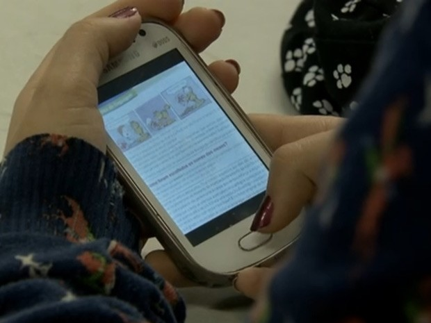 Fotografia tirada de página de livro por estudante da rede pública do DF que ainda não recebeu material didático (Foto: TV Globo/Reprodução)