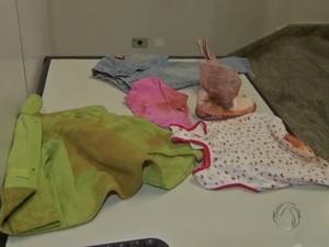 Roupas da criança estavam sujas de terra quando foi encontrada (Foto: Reprodução TV Morena)