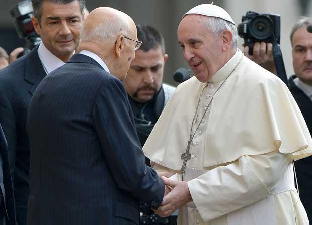 Papa Francisco aperta a mão do presidente italiano, Giorgio Napolitano, na sede do palácio presidencial nesta quinta-feira (14) (Foto: Vincenzo Pinto/ AFP)