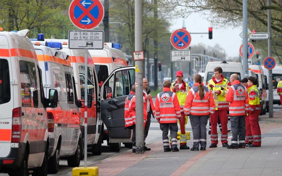 Ambulâncias durante operação de evacuação em Hannover para desarmar artefatos da Segunda Guerra Mundial (Foto: Peter Steffen/AFP)