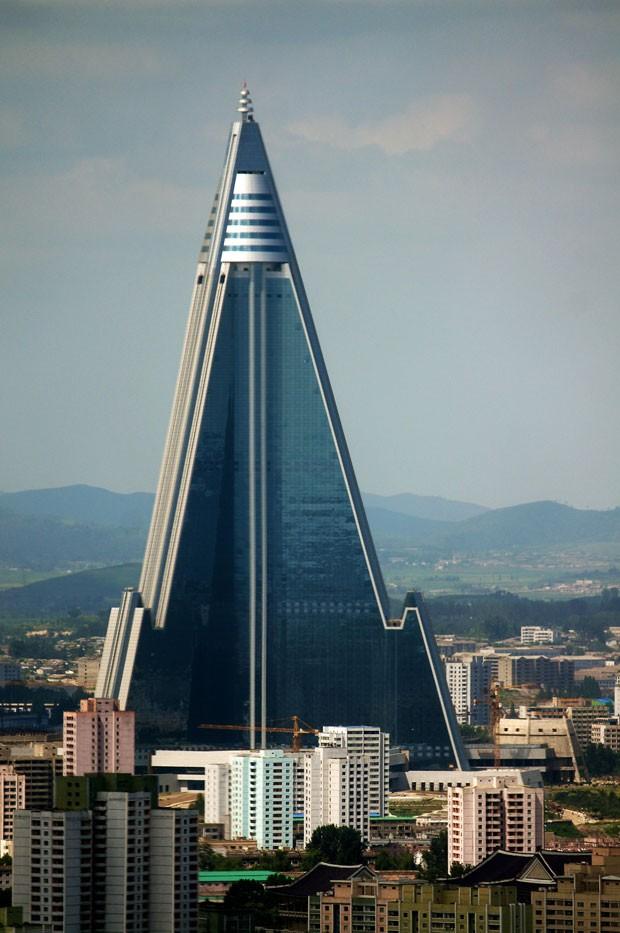 Pirâmide: a construção do hotel Ryugyong, de 105 andares, começou em 1987 e nunca foi finalizada (Foto: AFP)