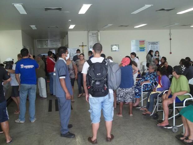 Pacientes esperam por atendimento até por quatro horas e recepção de hospital fica lotada (Foto: Rafael Melo/G1)