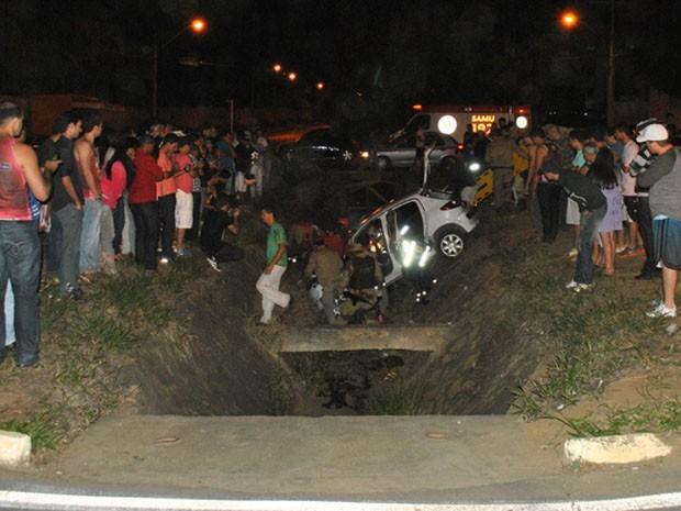 Veículo caiu no canteiro central (Foto: (Foto: Anderson Oliveira / Blog do Anderson))