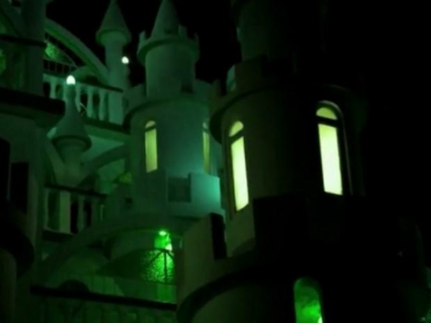 À noite, castelo em Joinville recebe iluminação especial (Foto: Reprodução/RBSTV)