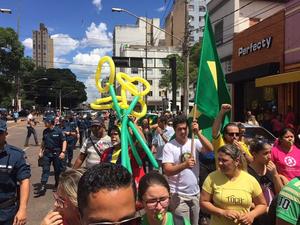 Manifestantes saíram pelas ruas centrais de Campo Grande (Foto: Graziela Rezende/G1 MS)