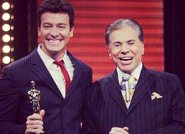 Rodrigo Faro e Silvio Santos durante a cerimônia do Troféu Imprensa em 2012, quando o apresentador resolveu fazer luzes invertidas e adotar um visual grisalho  (Foto: Reprodução/Instagram)