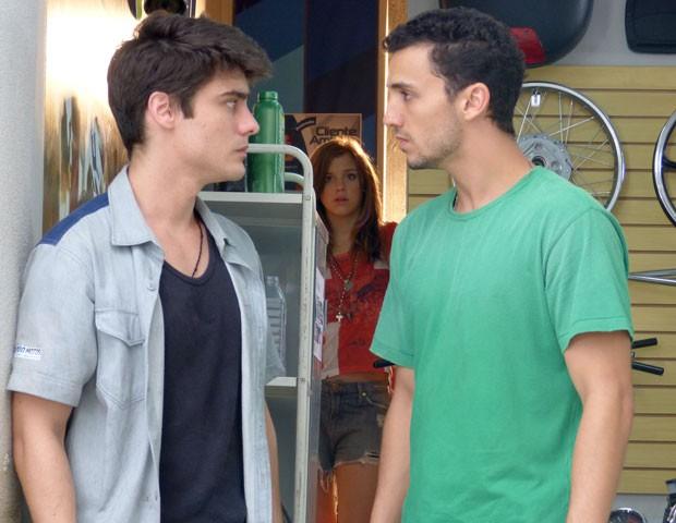 Lia escuta Vitor confessando que ficou na cadeia por causa de Sal (Foto: Malhação / TV Globo)