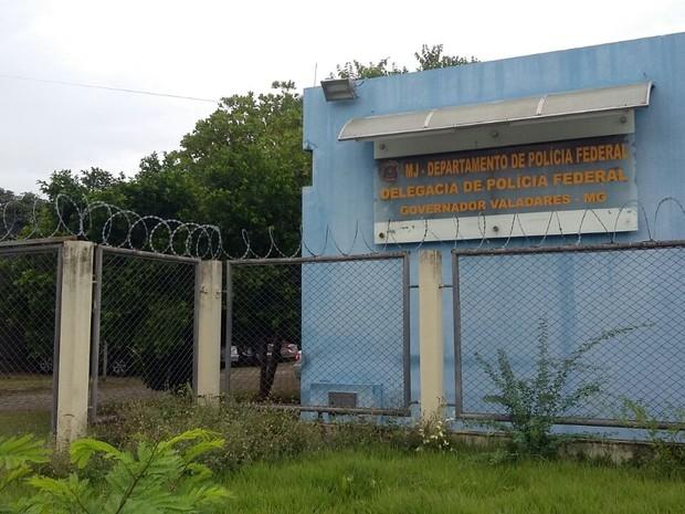 Presos da região, na Operação Piratas do Caribe, foram levados para a carceragem da delegacia da PF em Governador Valadares (MG) (Foto: Ana Carolina Magalhães/Inter TV dos Vales)