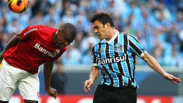Juan e Kleber disputam a bola no Gre-Nal (Foto: Lucas Uebel/Divulgação, Grêmio)