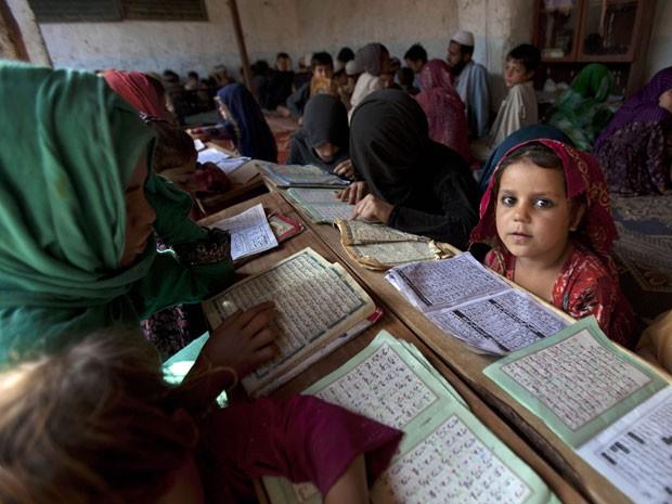Crianças do Paquistão têm aula em Islamabad (Foto: B.K. Bangash/AP)