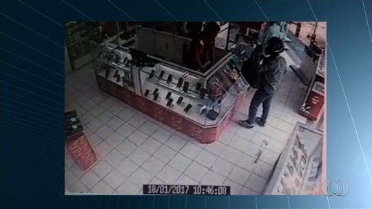 Rede de lojas é assaltada 4 vezes em menos de 20 dias em GO; veja vídeos