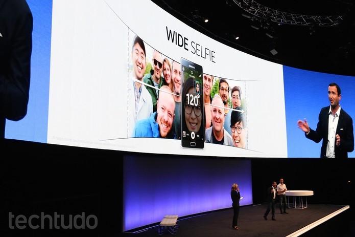 Função Wide Selfie do Galaxy Note 4 tira fotos em 120º graus (Foto: Fabricio Vitorino/TechTudo)