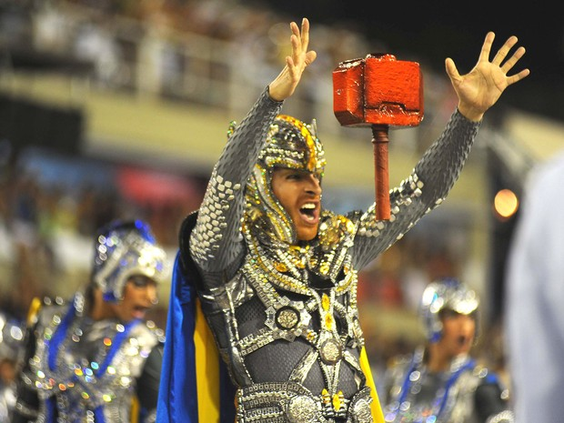 'Thors' da Unidos da Tijuca mostraram truques como um 'martelo voador' na Avenida (Foto: Luiz Roberto Lima/Futura Press/Estadão Conteúdo)