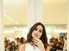 Decotada, Thaila Ayala rouba a cena em inauguração de loja em BH