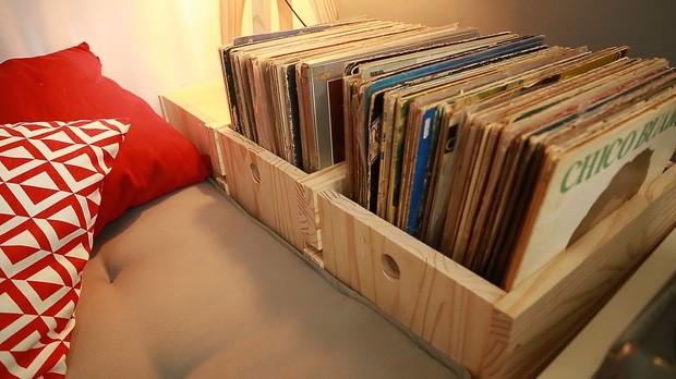 Santa Ajuda, episdio 13, caixote, vinis, discos, vitrola (Foto: Divulgao/GNT)