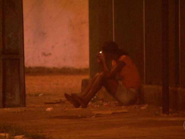 Sozinhas ou acompanhadas e a qualquer hora do dia, mulheres utilizam crack em ambientes públicos no Recife (Foto: Reprodução/TV Globo)