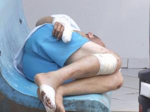 Agricultor aguarda e recebe atendimento em um banco por falta de espaço no hospital (Foto: Reprodução/Rede Amazônica Rondônia)