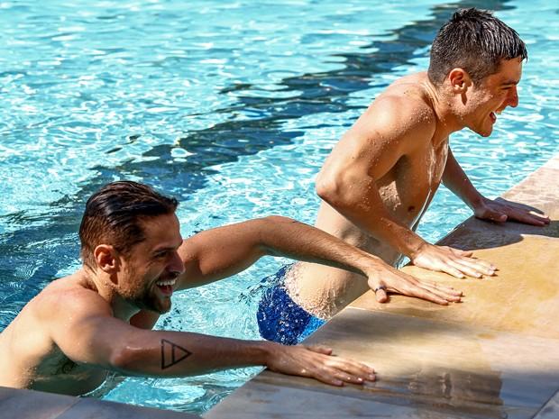 Alejandro Claveaux e Guilherme Leicam são nadadores na trama (Foto: Fabio Rocha/ TV Globo)