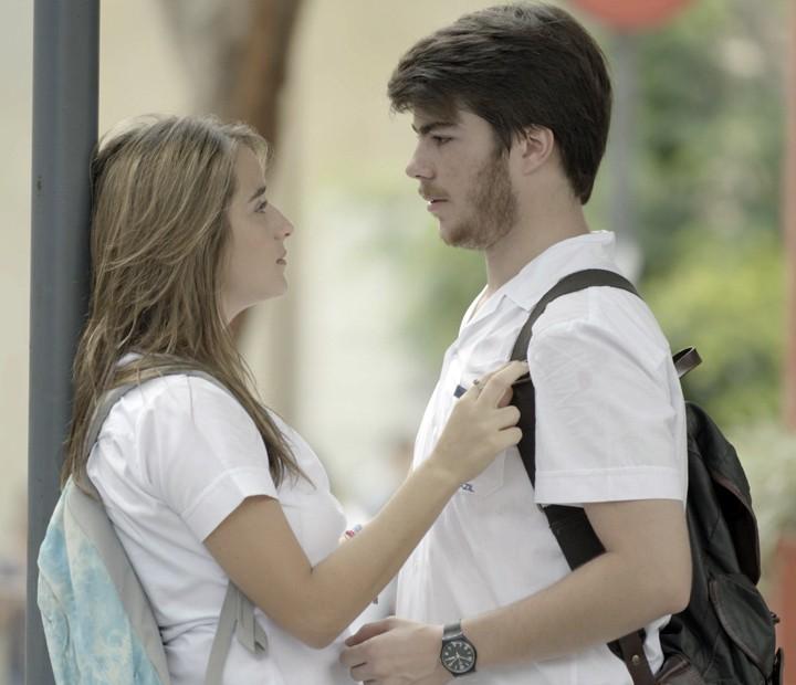 Camila muda de ideia e decide contar para Tainá (Foto: TV Globo)