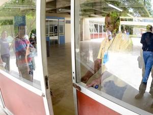 DOMINGO (5): São Paulo - Fiscal fecha o portão do local de prova da Fuvest na Poli-USP (Foto: Flávio Moraes/G1)