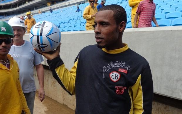 Alexandro, bola do Ronaldo (Foto: Tomás Hammes / GLOBOESPORTE.COM)