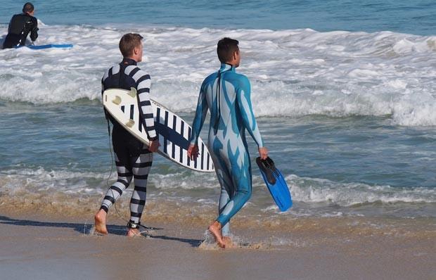 Cientistas australianos desenvolvem trajes capazes de tornar surfistas invisíveis a tubarões (Foto: Shark Attack Mitigation Systems / AFP)