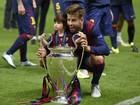 Milan, filho de Shakira com o jogador Gerard Piqué, rouba a cena em jogo