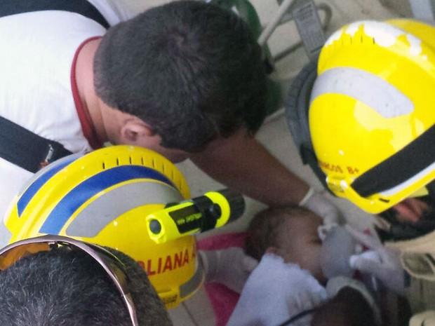 Bombeiros resgatam bebê que ficou cinco minutos submerso em piscina de casa no DF (Foto: Corpo de Bombeiros DF/Divulgação)