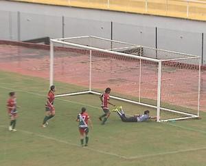 Suelane tenta evitar gol do Genus em lance polêmico no Florestão (Foto: Reprodução/TV Acre)