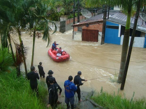 Vítimas da cheia foram resgatadas pela Defesa civil de bote. (Foto: Ricardo Faustino/Prefeitura de São Sebastião)