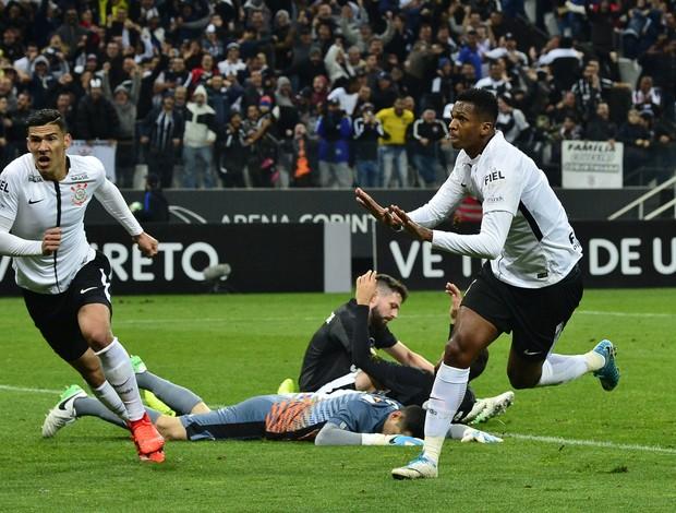 Jô comemora o gol do Corinthians contra o Botafogo