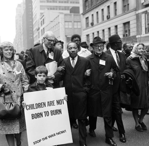 1967 – Luther King, no centro da foto, numa passeata em Nova York contra a Guerra do Vietnã (Foto: AFP)