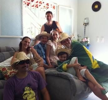 Grupo se caracteriza e assiste aos jogos da seleção brasileira em casa (Foto: Ana Lívia Sá)