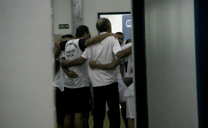 Aderbal Lana técnico Rio Negro com jogadores (Foto: Marcos Dantas)