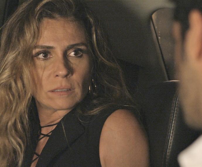 Atena gela ao dar de cara com Victor, seu antigo affair (Foto: TV Globo)