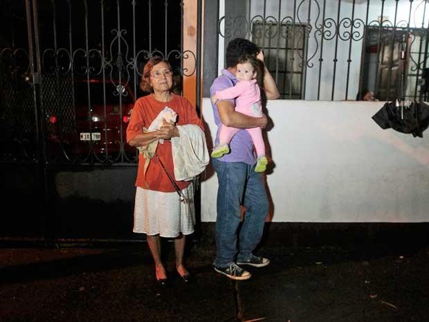 Pessoas deixam suas casas e procuram segurança nas ruas de Manágua, na Nicarágua. (Foto: Oswaldo Rivas / Reuters)