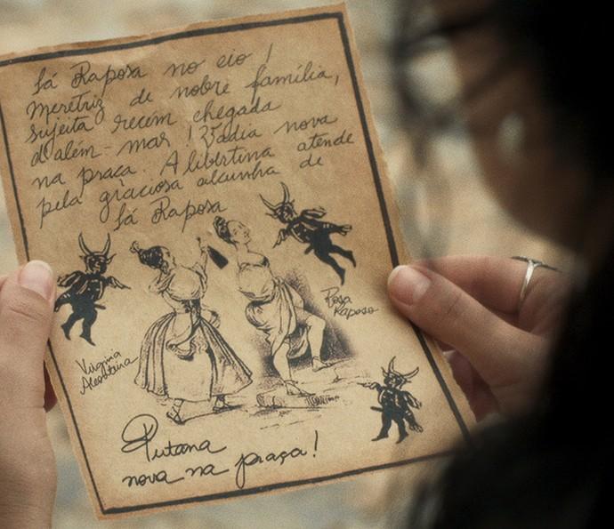 Joaquina fica pasma com o que lê no panfleto (Foto: TV Globo)