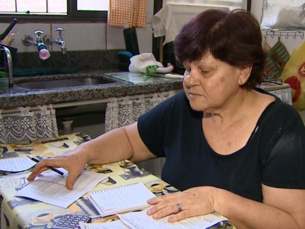 A aposentada Maria Alice reclama do aumento da conta de água desde o começo do ano (Foto: Reprodução/EPTV)