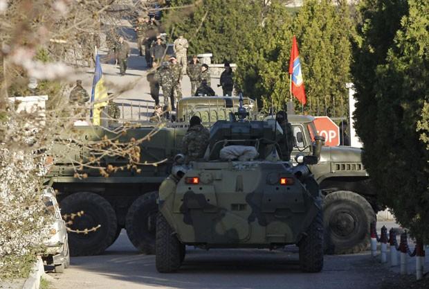Blindado que seria de forças russas é visto na frente da entrada da base área ucraniana de Belbek neste sábado (22) (Foto: Vasily Fedosenko/Reuters)