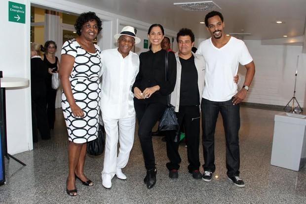 Camila Pitanga e família  (Foto: Alex Palarea/ AgNews)