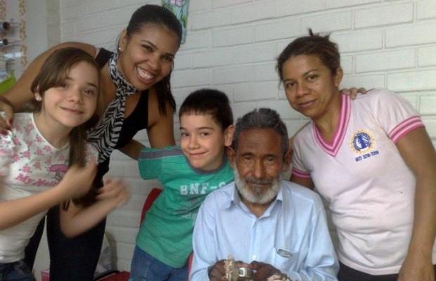 Raimundo comemora o primeiro aniversário depois de 30 anos longe da família (Foto: Reprodução/Facebook)