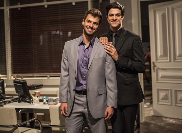 Lucas e o ator Mateus Solano, com quem contracenou na novela (Foto: Aline Massuca / TV Globo)