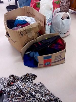 Parte das roupas furtadas de loja em Ceilândia, no DF (Foto: Polícia Militar/Divulgação)