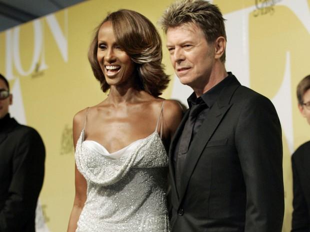 Em foto de 6 de junho de 2005, David Bowie chega a evento em Nova York ao lado da esposa (Foto: Stuart Ramson/AP Photo)