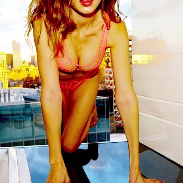 Gigi Hadid mostra sua beleza no advent calendar da LOVE Magazine (Foto: Reprodução/Instagram)