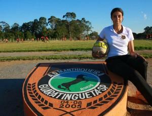 Nilmara Alves sentada no símbolo do Manthiqueira (Foto: Divulgação)